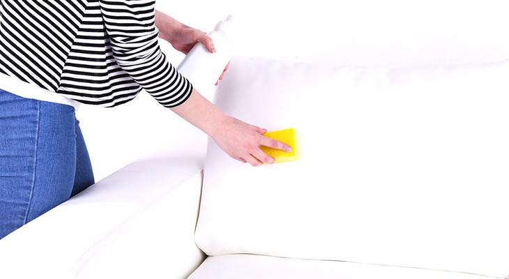Чем отмыть пятна на белом кожзаме фото